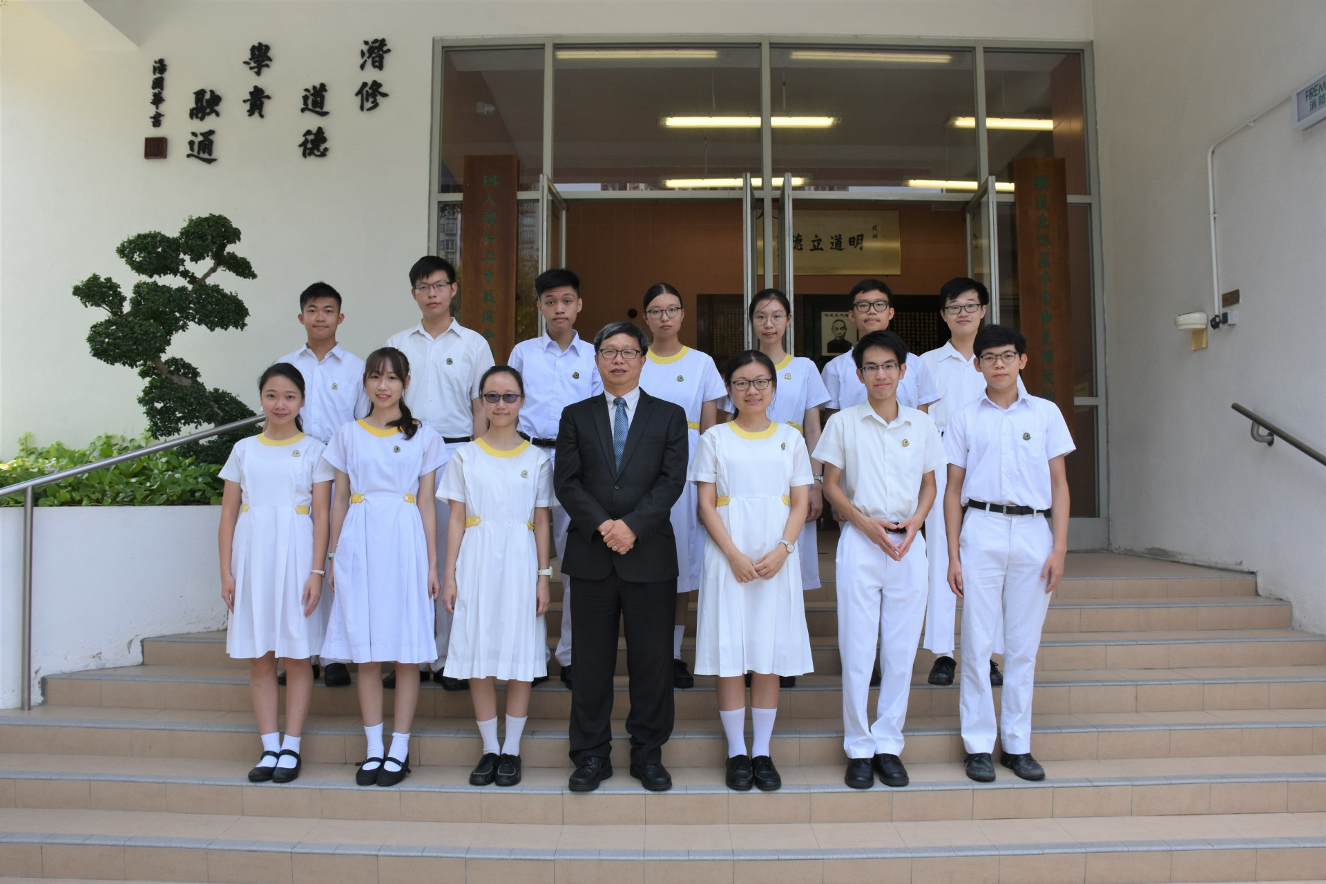 Students who scored 37 points or above in the best 6 subjects in the HKDSE (2019) with the Principal, Mr. Lau Chi Yuen